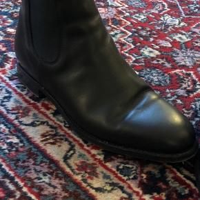 Klassisk Chelsea boots. Str. 38,5.  God stand. Sælges da de desværre er for små. Brugt få gange.