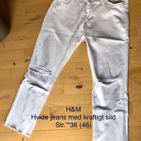 Str. 46. Hvide jeans i ankel længde med slid ripped ved knæene, og rå kanter forneden. Det er et par lækre jeans, som jeg ikke har fået brugt meget.  Obs: slitage, se de sidste to fotos, hvor jeg har forsøgt at vise, at der ligesom er nogle blålige striber enkelte steder. Jeg ved ikke, hvad det er, om det er en del af stoffet, eller opstået ved vask. Det ses ikke rigtigt, når man har dem på, eller hvis man ikke ved det, men det skal oplyses. Derfor stand som slidt.   #30dayssellout   80,- + fragt. Sender med Dao kr. 37,-  Bytter ikke.  BYD gerne 💸 MÆNGDERABAT 🌟