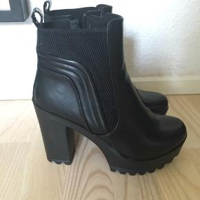 sorte boots/støvler med ca 7-8 cm hæl. Super gode at have på. Brugt en enkelt gang. Har lynlås i siden