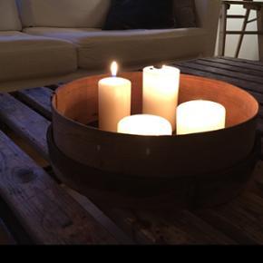 Rigtig fin si lavet af bambus. Kan bruges til meget forskelligt og som her bakke. Diameter 32,5 cm og højde 10 cm.