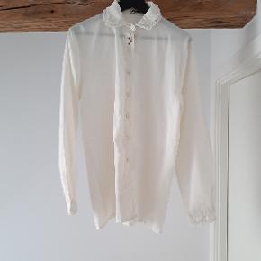 Vintage skjorte i cremefarvet med fine detaljer.  Størrelsen er ca. M/L (den sidder løst på mig, men uden at se for stor ud, og jeg bruger medium).