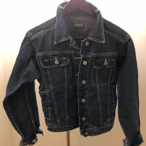 Denim Jacket. Although the size on the label says 40, it corresponss to the size M