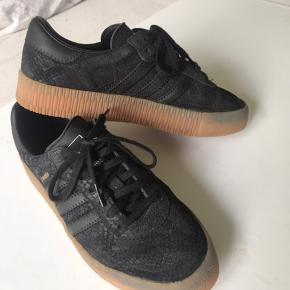 Adidas Samba i sort, med brun bund. Brugt få gange og ser helt nye ud, ingen form for slid på dem. Eller mærker. Str. 38 Køber betaler fragt
