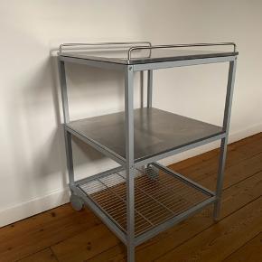 Rullebord i stål. Fejler intet. Måler ca. 60 x 60 cm.