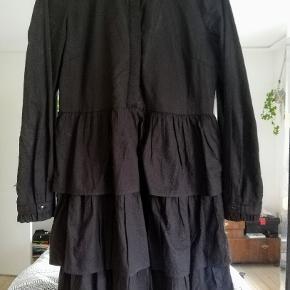 Skjortekjole i blødt stof med lagdelt skørt og frynser på ærmerne. Sælger da jeg desværre ikke får den brugt. Kun brugt 2 gange. Skriv evt for flere fotos  100 kr