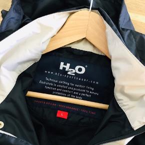 H2O overgangsjakke Vind- og vandafvisende  Str. L Brugt 2-3 gange.  Hætten kan gemmes væk i kraven, en rigtig lækker jakke, der kan bruges som overgangsjakke og til ture i let regnvejr.