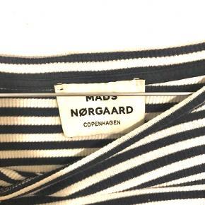 Mads Nørgaard bluse Er ikke sikker på størrelsen, men vil mene at det er en xs-s Ingen huller eller andre brugsspor Byd!