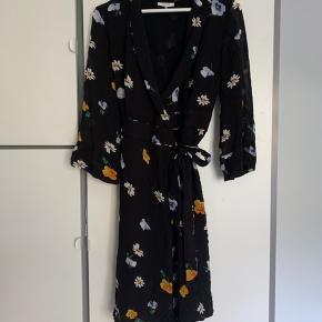 Fri fragt.   Mega fin Ganni kjole. Kun brugt få gange. Sendes gennem ts eller kan afhentes på Østerbro. Passes af en 38-40 pga det er en slå om kjole