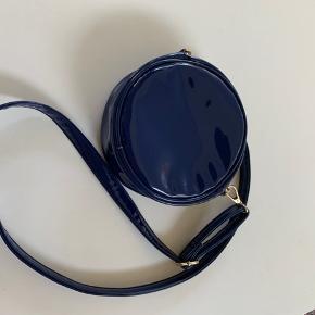 Blå laktaske. 18 cm i diameter.
