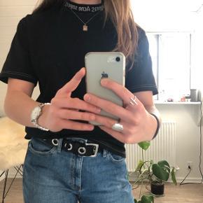 Acne studios t-shirt i sort! Ny pris: 1100kr. Højeste bud på 700kr.