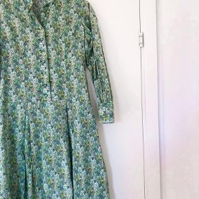Super smuk vintage kjole.   Passer str xs/s  Mangler en enkelt knap på det ene ærme