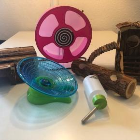 Hamster tilbehør sælges da min lille dværghamster desværre ikke er her længere. Det har kun været brugt i 2,5 måned og fremstår derfor som nyt.  Tilbehøret kan være en rigtig god starterpakke til ny hamsterejer eller bare være ekstra til den heldige hamster som trænger til lidt ekstra!   Trixie hypnosehjul - 40kr.  - ingen skævheder eller larm ved brug.   Trixie flyingsaucer Ø17 - 25kr  - aldrig brugt.  Trixie trætårn - 40kr   Trixie træhus med rampe - 30kr   Trixie trætunnel - 15kr   Trixie drikkeflaske - 10kr   Eller tag det hele for 130kr :)
