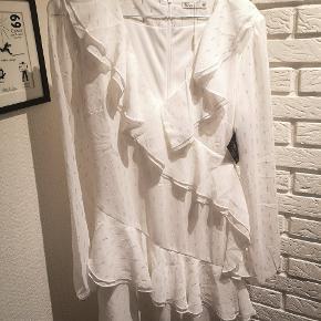 Sælger denne fine hvide kjole med sådan nogle sølv striber/dutter på fra Nly Trend i str. Small. Den er helt ny med mærke og er som da den blev købt.