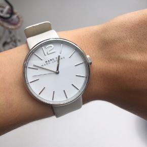 Sælger dette fine ur fra Marc by Marc Jacobs. Det har været brugt men i er i meget fin stand.  Np: 1600