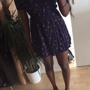 Sød kjole fra Only, med kirsebær på sælges billigt. 🌸