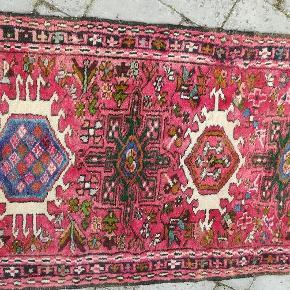 Vintage gulvtæppe. Smukke farver, men jeg har ikke plads til det. Det skal afhentes. Vil ikke sende det.