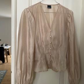 Rigtig sød bluse i chiffon lignende stof, har brugt den en enkelt gang men det er ikke rigtigt min stil