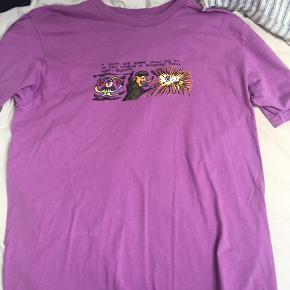 purple supreme dogshit tee / t-shirt, i størrelse large. Vil gerne bytte for en size small supreme t-shirt !