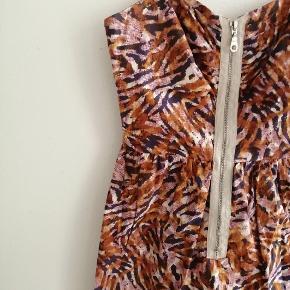 Sommerkjole med tiger striber? Med lynlås forrest og regulerbare stropper  Lilla, brun, orange, gul, hvid