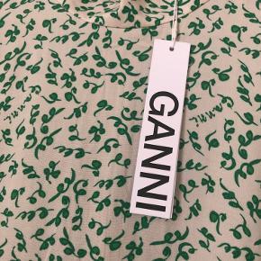 Kjole fra Ganni, str42 - vil vurdere at den passer en L. Sælges da den ikke passer.  Sidste billede lånt fra Ganni.com for at vise den på.  Prisen er sat udfra hvad jeg vil mene er fair ift stand og nypris, men kom gerne med bud 😊