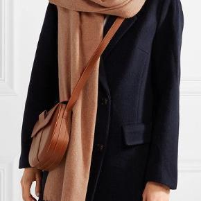 Ubrugt Acne Studios tørklæde i uld sælges. mål: 70cm x 200cm. Virkelig fin farve som passer til de fleste frakker. Nypris 1200kr.