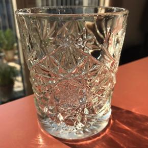 9 robuste vandglas / whiskey glas sælges da vi ikke får dem brugt :-)  Rigtig flotte detaljer på siderne, og dejligt robuste. Et syn for både øje og sind !  Vand glas eller whiskey glas , de passer til det hele
