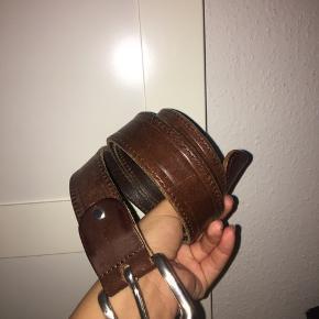 Brunt bælte - købt i Amsterdam vintage. Har tilføjet et ekstra hul så det passer til min livvidde :-)