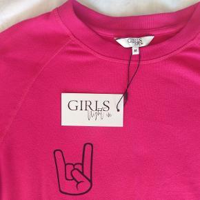 Lækker og megablød sweatshirt i den varmeste pink farve. Pasformen duer dog slet ikke til mig, så den må videre. Den er aldrig brugt. Sælges for 140 inkl. DAO-porto.