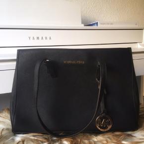 Taskens lynlås er gået i stykker, hvilket er hvorfor jeg sælger den til prisen. Ellers meget velholdt :-)