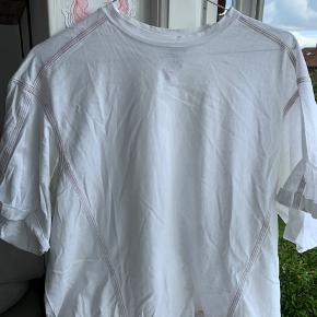 Oversize T-shirt. Tegn på slid da den er brugt, men stadig i god stand👍🏻