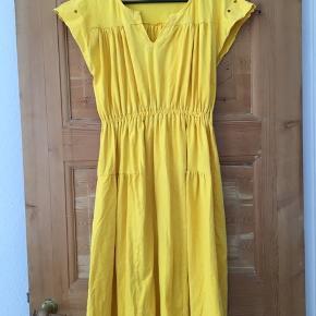 Fin gul kjole i str 40 fra Småfolk  Close up billede for mærkerne er mest retvisende ift farven.   'Tungt' stof
