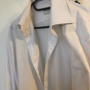 Fed klassisk hvid skjorte fra YSL str L  Mindste pris 300!