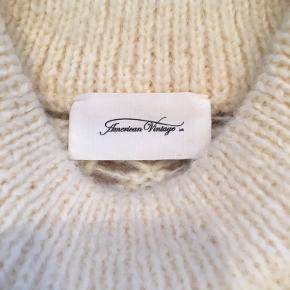 Sælger denne lækre strik fra American Vintage med fine hul-detaljer i strikken. Den har en flot, bred rib omkring talje, hals og håndled. Den er aldrig vasket og kun brugt 2 gange. Str. er angivet som XS/S.