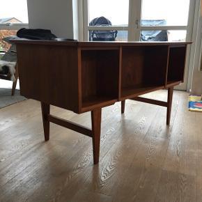 Teak skrivebord med seks skuffer og opbevaring bagpå også. Super fint.