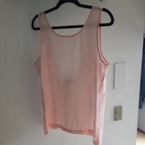 Støvet rosa / lyserød top med dyb ryg. Brugt 1 eller 2 gange