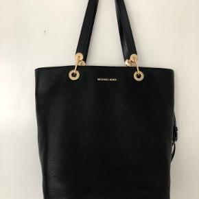 Super flot taske fra Michael kors, kan bruges som skoletaske eller arbejdstaske - passer til en MacBook pro 13'' Aldrig brugt