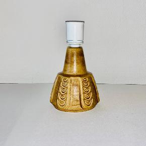 Fin lille gylden bordlampe. Designet af Einer Johansen for Søholm. Højde: 19 cm Diameter: 10 cm Prisen er ekskl skærm