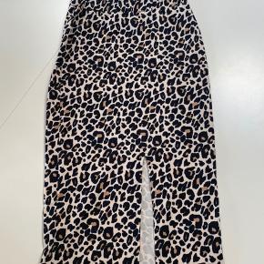 Sælger denne flotte leopard nederdel fra gina tricot. Den er aldrig brugt. Er åben for bud ✨