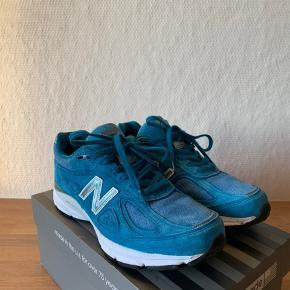 Sælger disse super fine New Balance 990v4 i en flot blå farve. Super fed sommersko!   Skoen er brugt 2-3 gange.  Original kasse medfølger ikke.  Det indvendige mål er 26,5cm