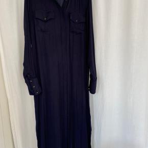 Skjortekjole fra gestuz, kan anvendes med eller uden det medfølgende bælte. Kjolen har små slids i begge sider. Spørg for flere billeder. Kjolen er kun brugt få gange   Se evt. den lange kjole fra Lïst store eller h&m, som også sælges på min side. Der kan gives mængde rabat