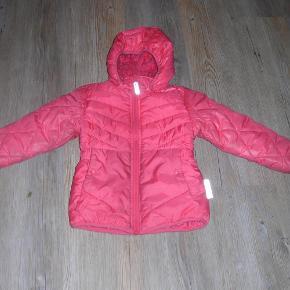 Varetype: Vinterjakke Farve: Pink  Dejlig varm vinterjakke str. 104 fra Name it. Den er blevet lidt mørkere foran.