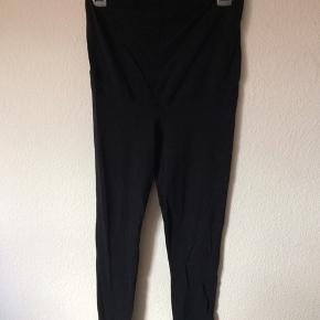 H&M mama - leggings Str. M Næsten som ny Farve: sort Køber betaler Porto!  >ER ÅBEN FOR BUD<  •Se også mine andre annoncer•  BYTTER IKKE!