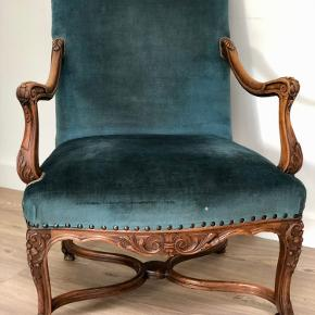 Barok stol med Petroleumsblå velour (skal enten tør renses eller ompolstres, det der er mange skjolder)   Ellers en god stol og dejlig at sidde i og pæn at have stående.  Det ene armlæn rokker en smule men kan formentlig spændes / limes.   Prisen er Fast.