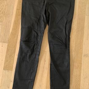 De lækre plongy skind leggings i sort.  Kategorien er slidt, da de er brugt godt. Elastik i talje er lidt løs, skindet rynker hist og her, men rettes ud når de er på. Prisen er sat herefter! Kan sagtens bruges mange gange endnu 😊 Str.mærket er klippet ud.  Det er en str. 44  Nypris er 3500,-  Jeg bytter ikke 😊