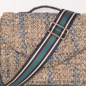Brand: Becksöndergaard Stylenavn: Mara Olivian Materiale: 100% polyester Mål: 26 x 19 cm