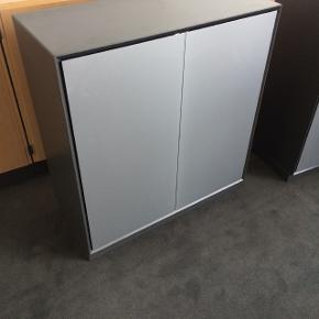 Kan leveres! Rigtig fin kontorreol med trygdøre. Reolen består af en række hylder med to døre udenom. (73.34)