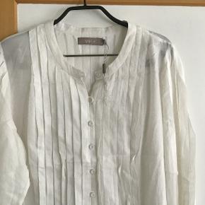 Smuk ny Gustav skjorte. Måler fra ærmegab til ærmegab 55 cm. Længden 71 cm. 100 % bomuld.