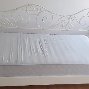 Fin hvid seng og madras. Der har altid været topmadras på. Rigtig pæn. Sengen kan hentes i Holbæk.