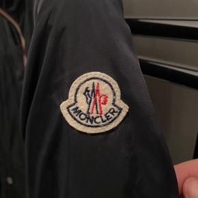 Sælger denne fede sommer jakke fra Moncler. Str 5 svare til xl Cond 8,5/10 fejler intet