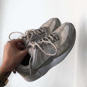 Nike spiridon i en flot lys beige farve. Har vasket dem i vaskemaskinen og derfor er de blevet blå nogle steder i snuden (se billeder) , men tror godt det kan vaskes væk igen da det er vaskemiddel der er på.  Har 2 huller (se billeder).  Stand sat derefter.  Byd gerne da de bare skal væk.